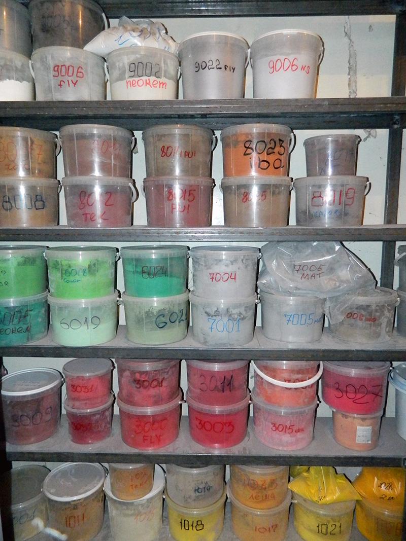 краска различных цветов на стенде